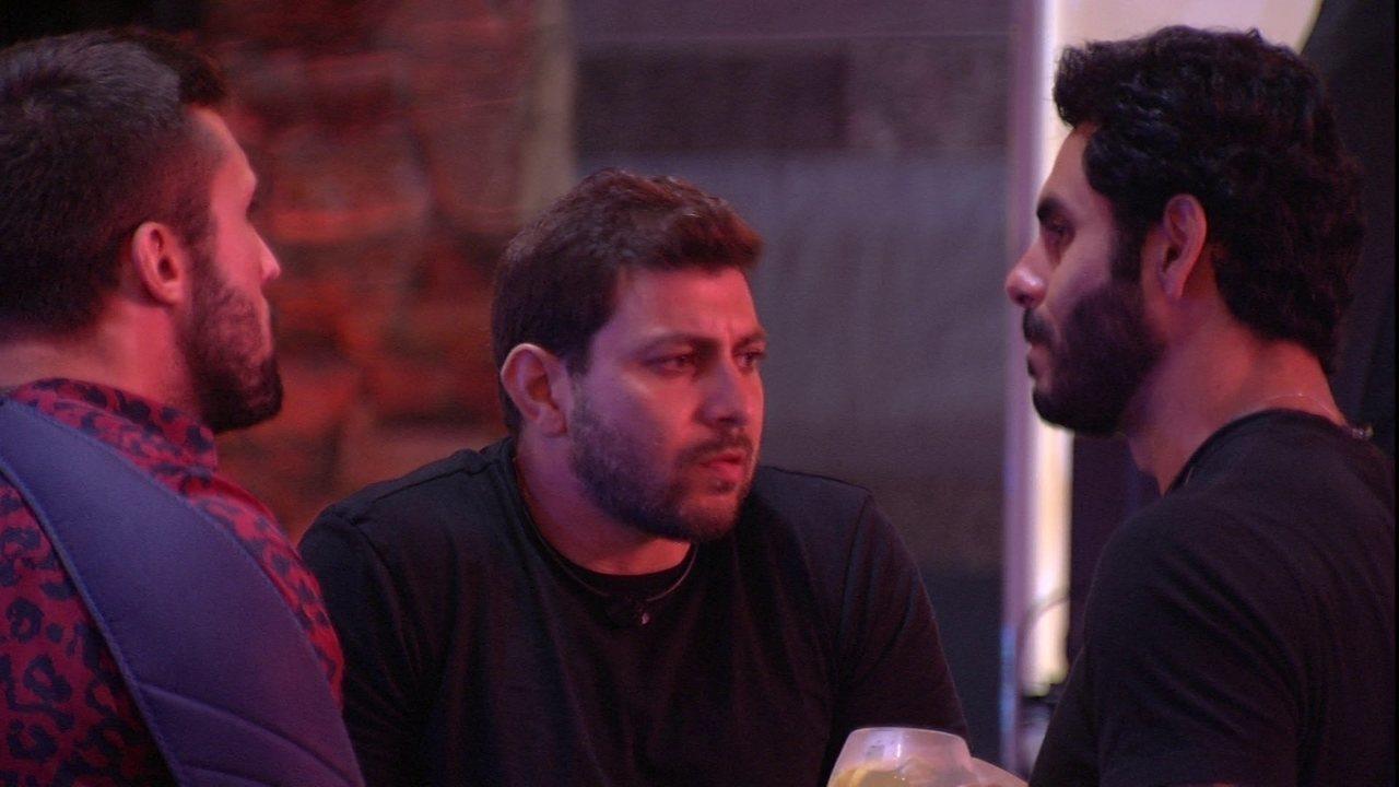 Rodolffo comenta com Arthur sobre Karol durante a Festa da Líder: 'Não quero que ela saia'