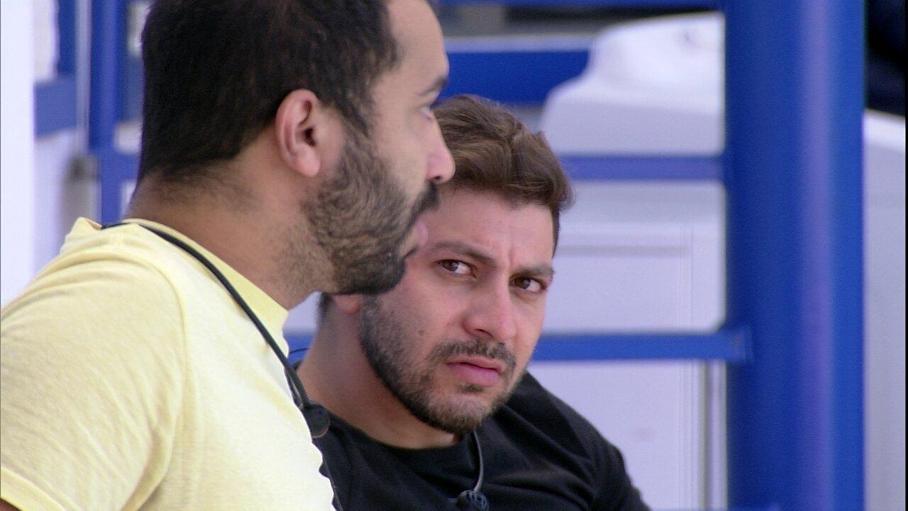 Caio questiona Gilberto sobre Arthur: ´Ele não teve coragem de assumir pra você?´