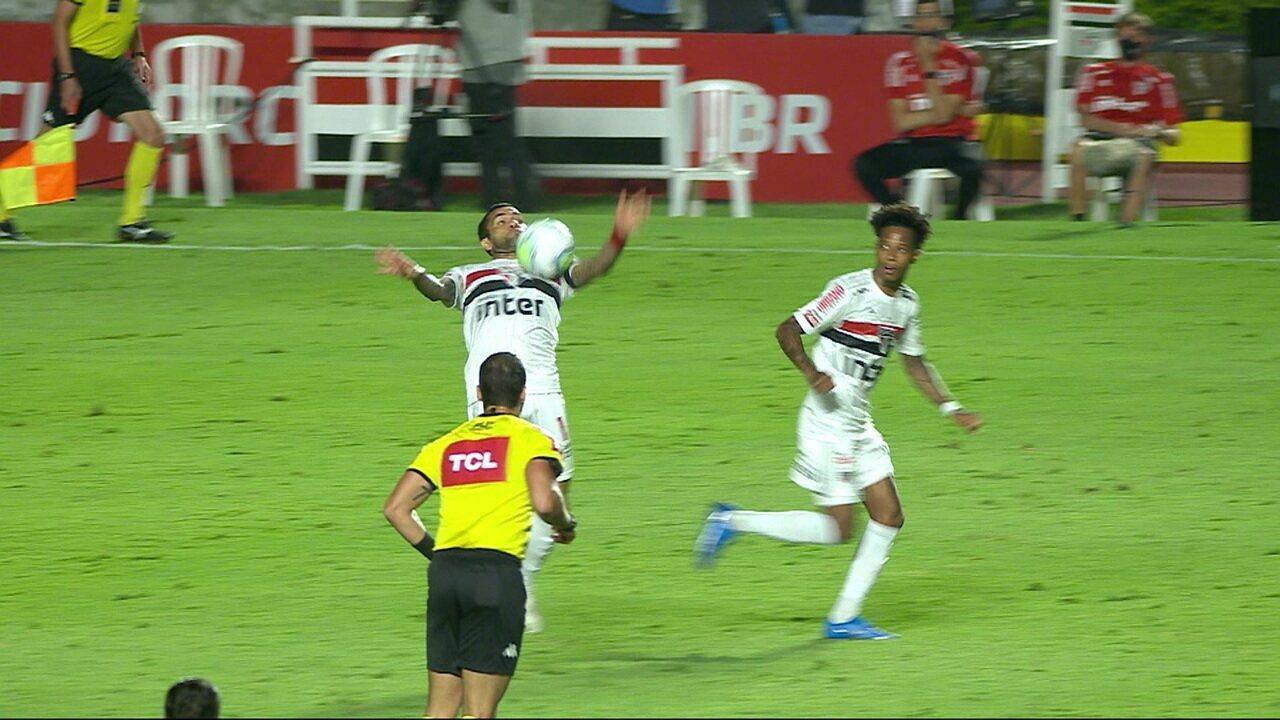 Central do Apito: Paulo César de Oliveira analisa toque no braço de Daniel Alves, revisado pelo VAR