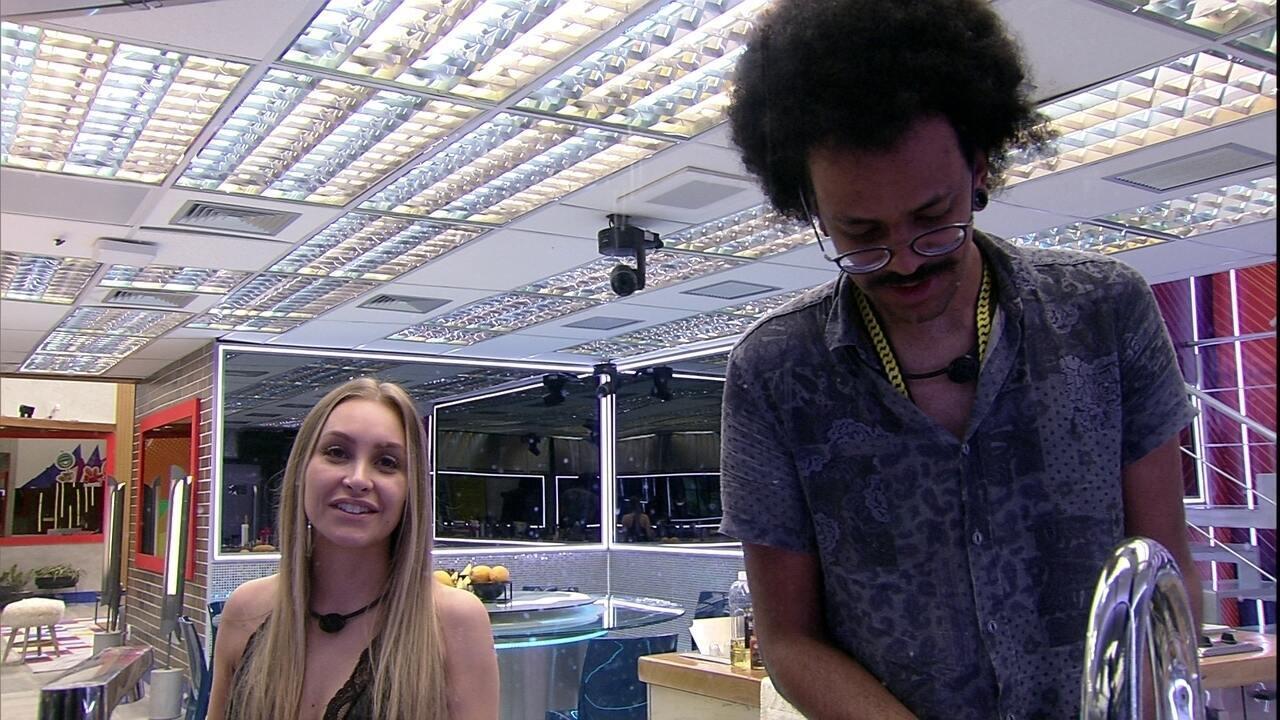 João Luiz e Carla Diaz cantam enquanto lavam a louça do Vip do BBB21