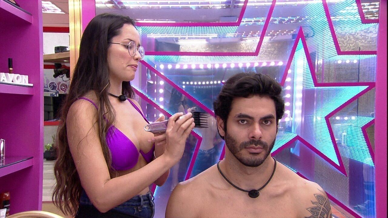 Juliette do BBB21 corta cabelo de brother e declara: 'Quarta-feira é dia de abrir o salão'