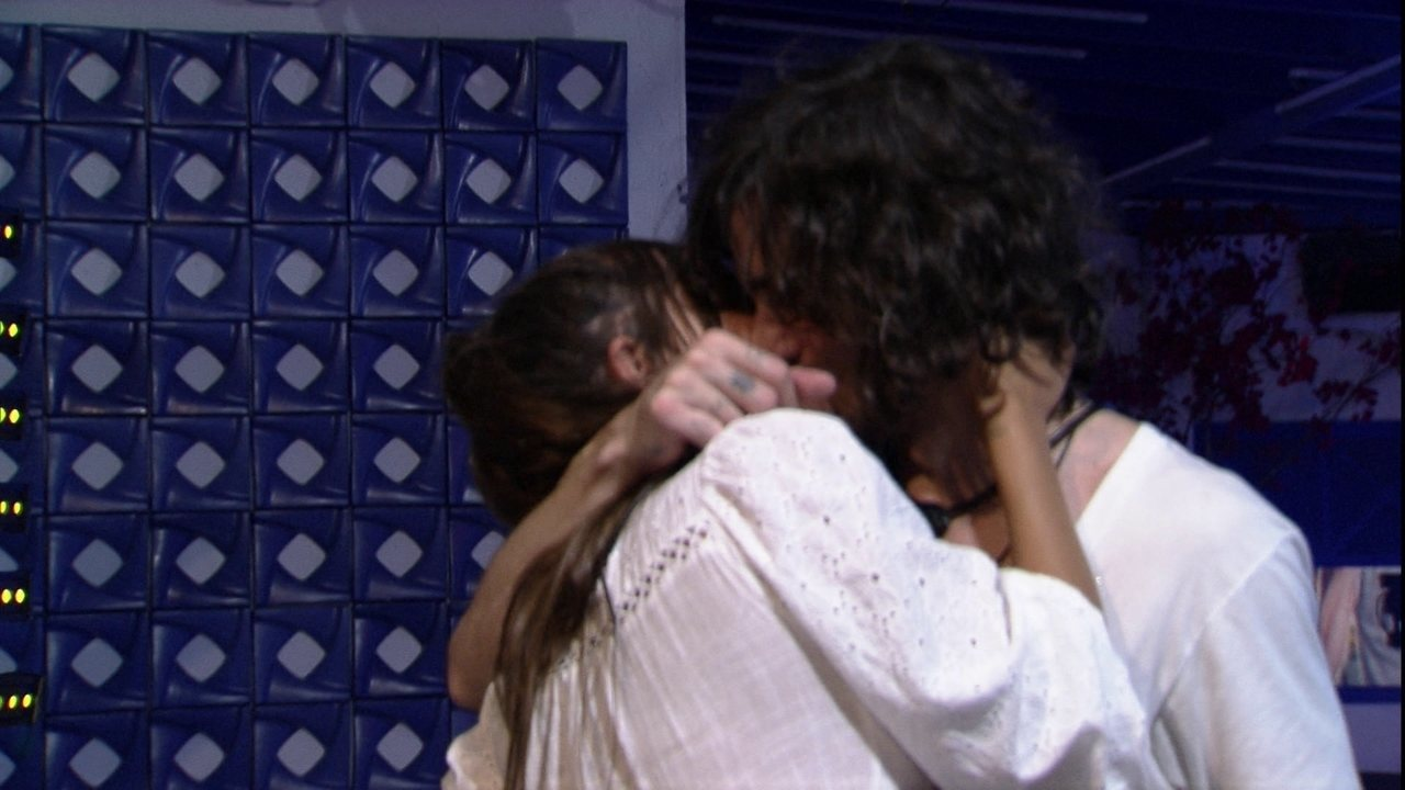 Fiuk e Thaís trocam beijos em festa do BBB21