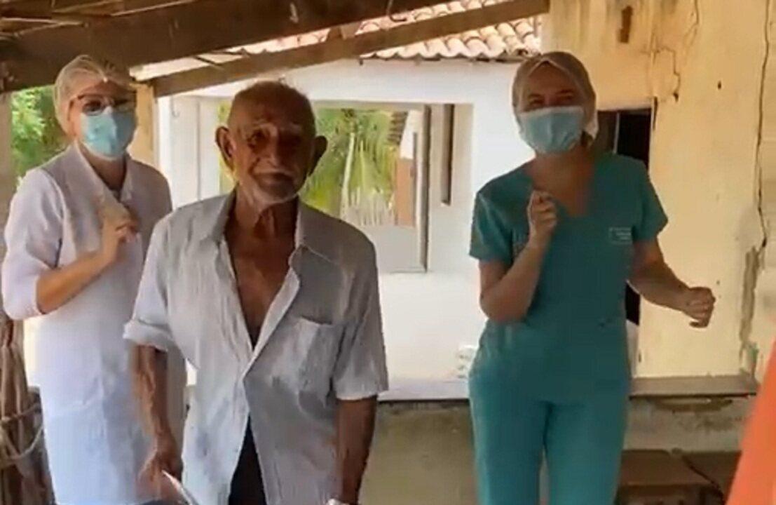 Idoso recebe vacina e comemora ao som de 'bum bum tam tam'
