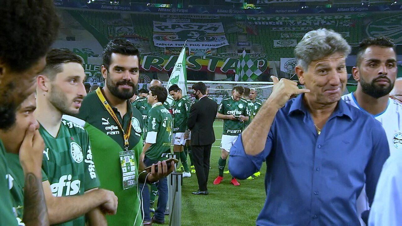Renato Gaúcho brinca com Luiz Adriano e faz gestos de que ligaria para o atacante