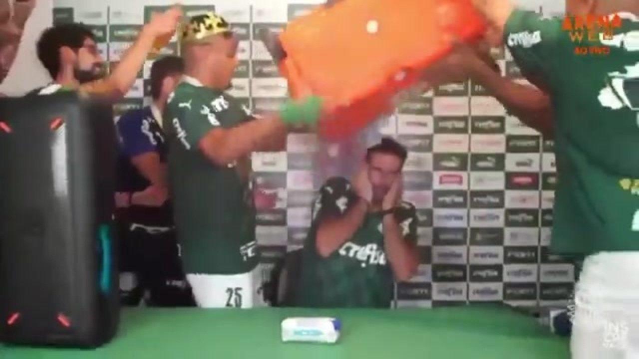 Abel Ferreira leva banho de água gelada dos jogadores do Palmeiras; veja a coletiva