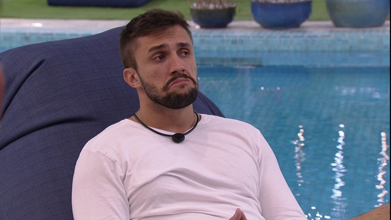 No BBB21, Arthur reclama de Carla Diaz após Jogo da Discórdia: 'Me expôs como decepção'