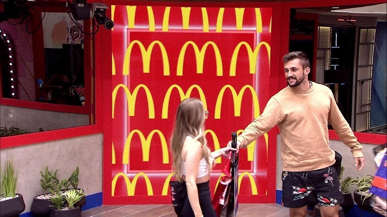 Brothers vibram ao receber figurino da Festa McDonald's no BBB21: 'Que máximo!'