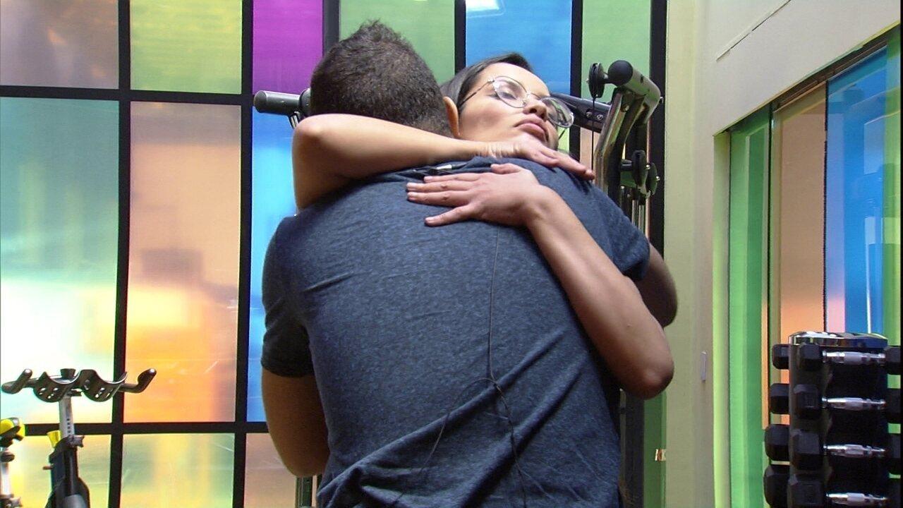 Juliette abraça Gilberto, após longa discussão