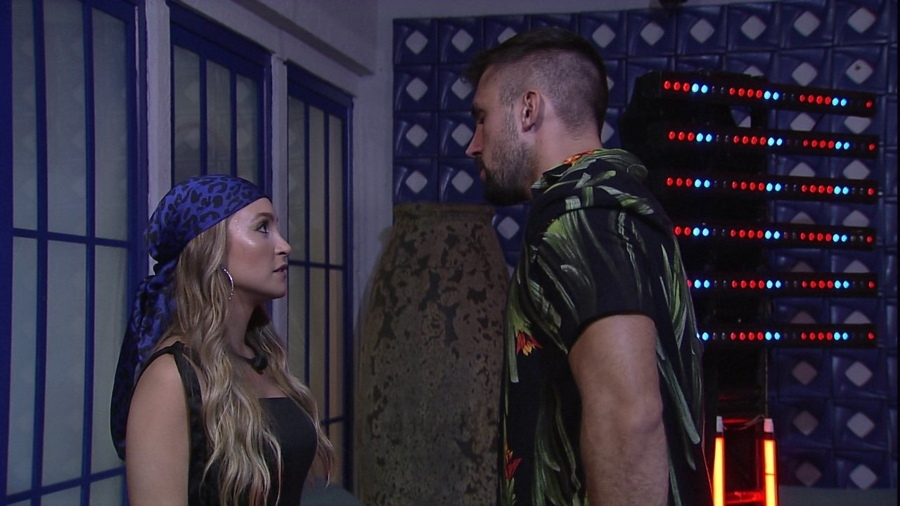 Carla Diaz chama Arthur para conversar durante Festa no BBB21