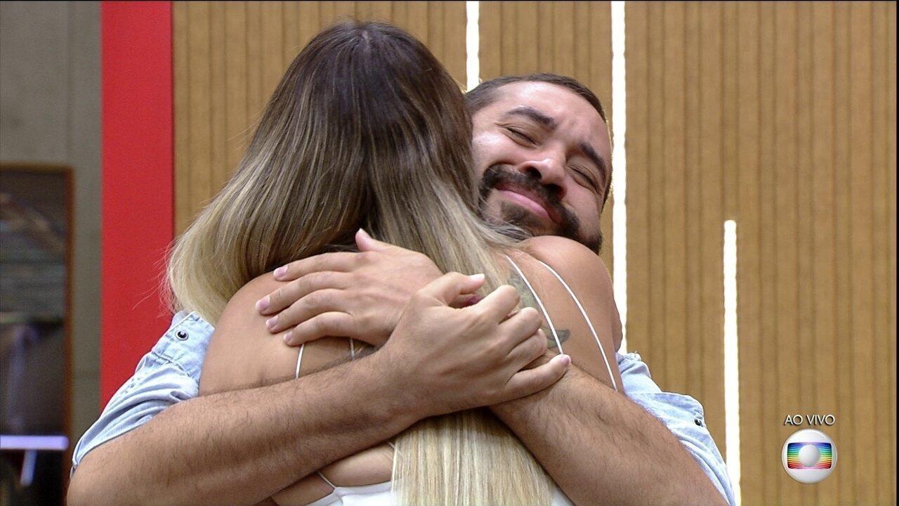 Tiago Leifert confirma vitória de Gilberto e Sarah na Prova do Líder Fiat