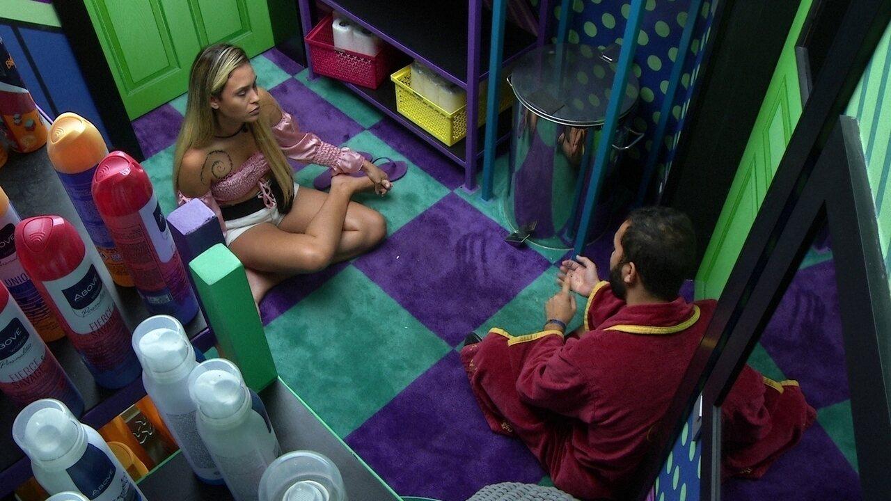 Sarah conversa com Gilberto e opina sobre sister: 'Ela acha que o mundo gira em torno dela
