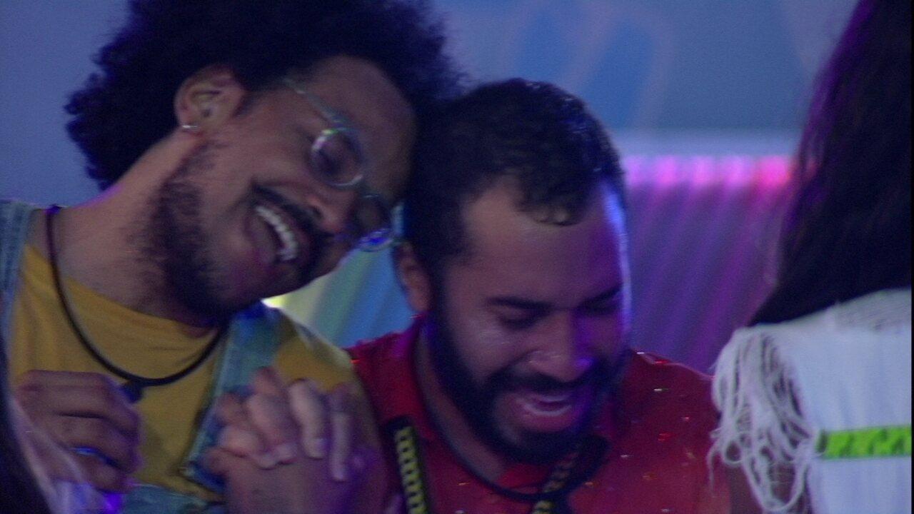 Gilberto e João Luiz se emocionam cantando 'Indestrutível' em Festa do Líder no BBB21