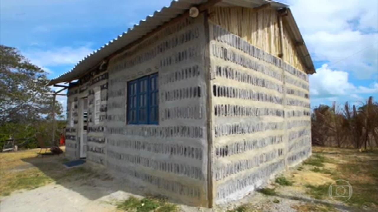 Ameaçadas de despejo, mãe e filha construíram casa com garrafas de vidro em Pernambuco