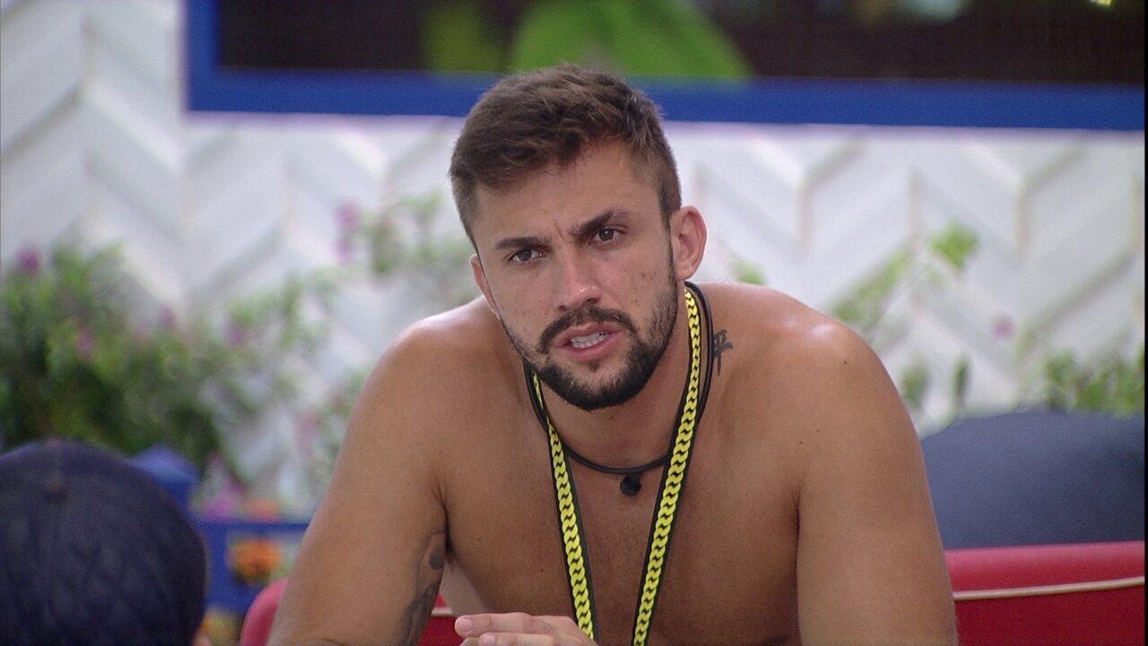 No BBB21, Arthur critica Sarah em papo com brothers: 'Está se perdendo'