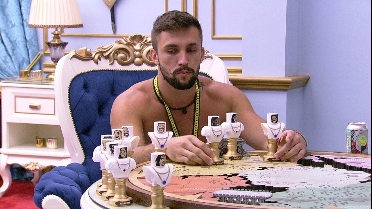 Arthur brinca com bonecos de brothers no BBB21 e narra escalação do 'Treta Futebol Clube'