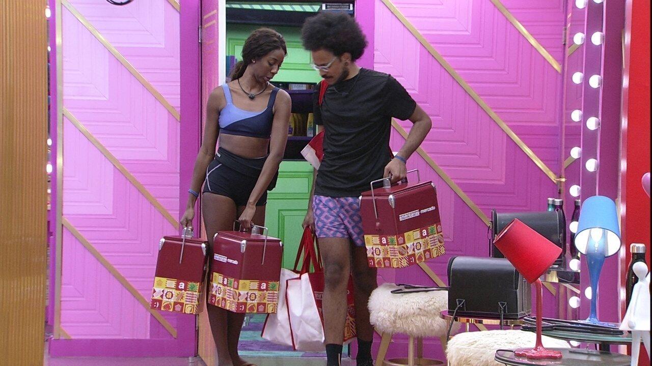 João Luiz e Camilla de Lucas recebem as compras do mercado do VIP no BBB21