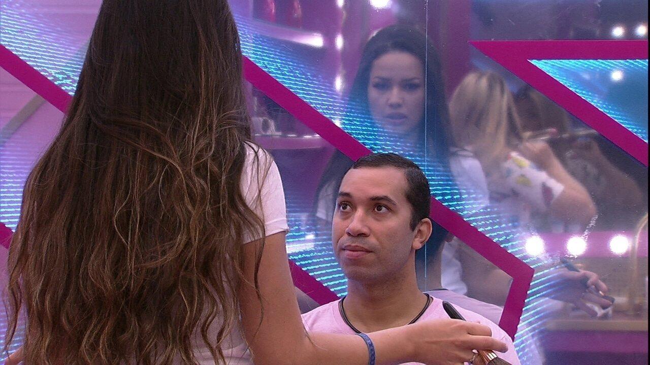 No BBB21, Gilberto questiona emoji dado por Juliette, que diz: 'Não quis me posicionar´