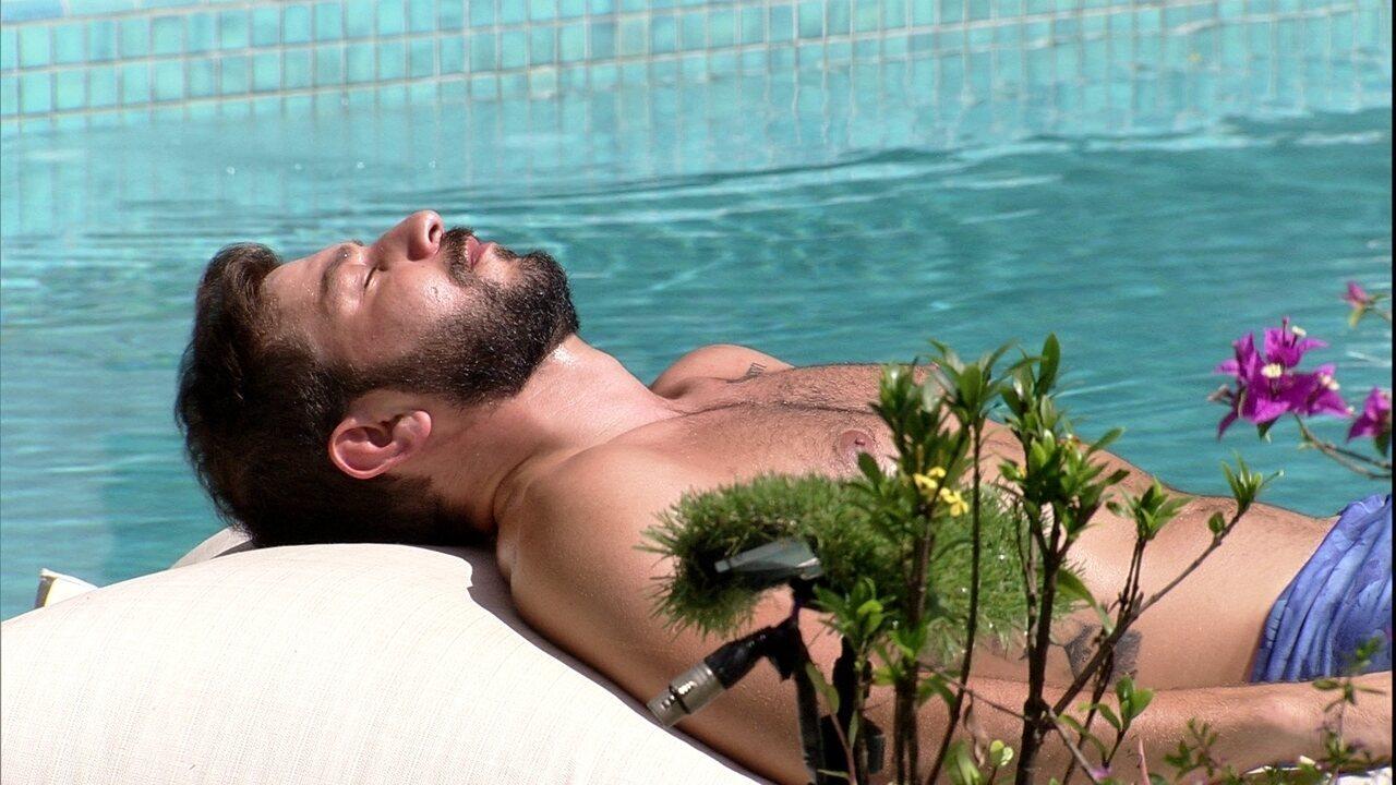 Emparedado, Caio curte piscina sozinho no BBB21
