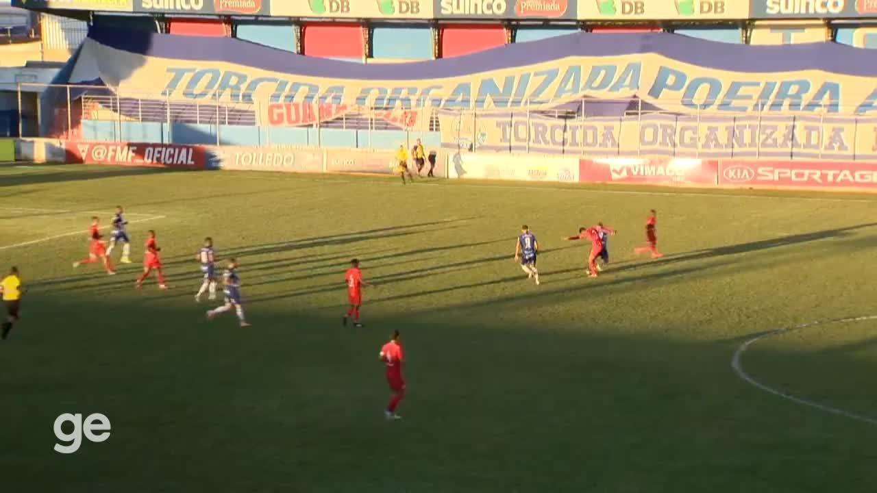 Bola estoura após dividida entre jogadores de URT e Boa Esporte pelo Campeonato Mineiro