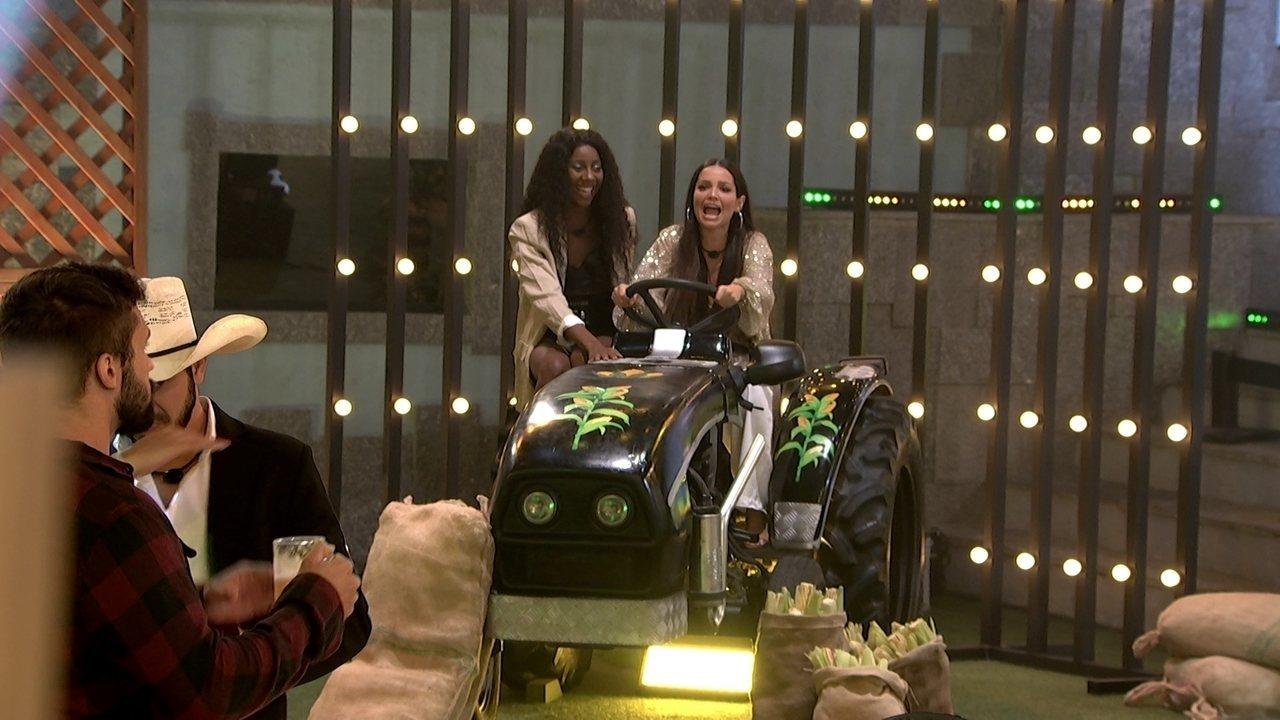 Juliette e Camilla brincam durante a Festa do Líder e dizem: 'Estamos chegando na Final'