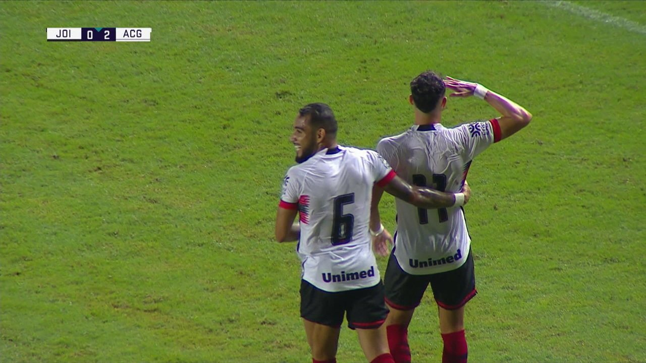 Gol do Atlético-GO! Danilo Gomes recebe na área, limpa para a canhota e amplia, aos 16 do 1º