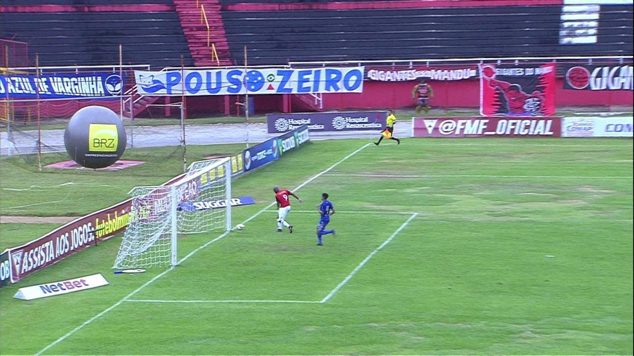 Gol do Pouso Alegre! Matheus Sousa rouba a bola e faz o lançamento para Paulo Henrique, que consegue passar pelo goleiro e abrir o placar, aos 44' do 1° tempo