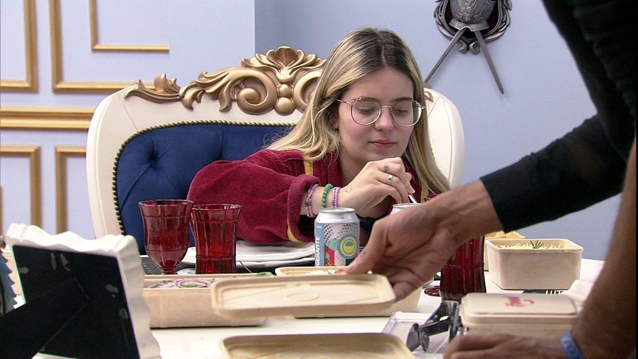 Viih Tube recebe Almoço do Líder e posiciona fotos da família na mesa