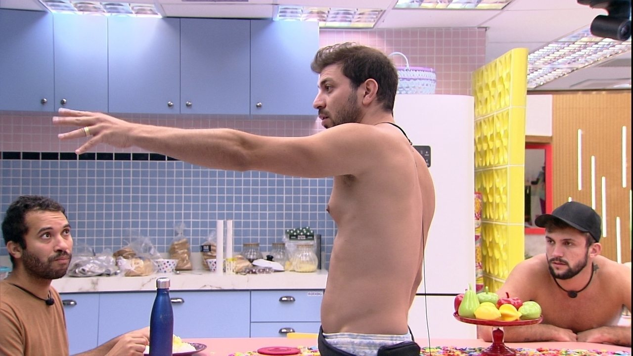 Caio se irrita com louça da Xepa e pede para Gilberto falar com Fiuk no BBB21