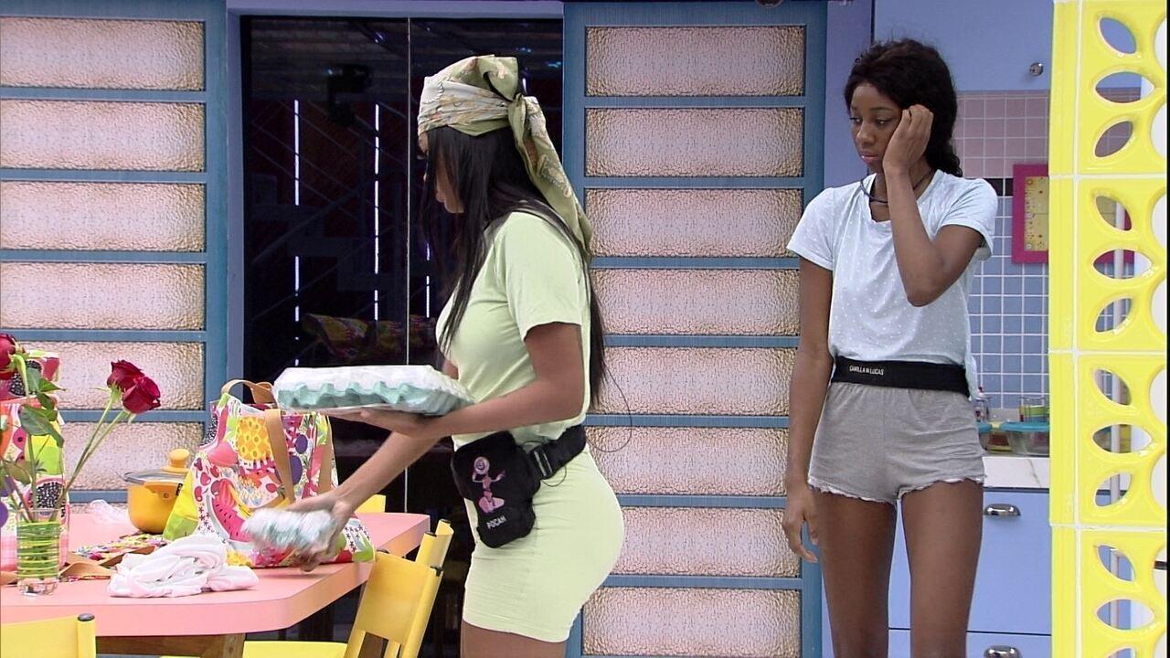 Camilla de Lucas e Pocah guardam compras do grupo Xepa no BBB21