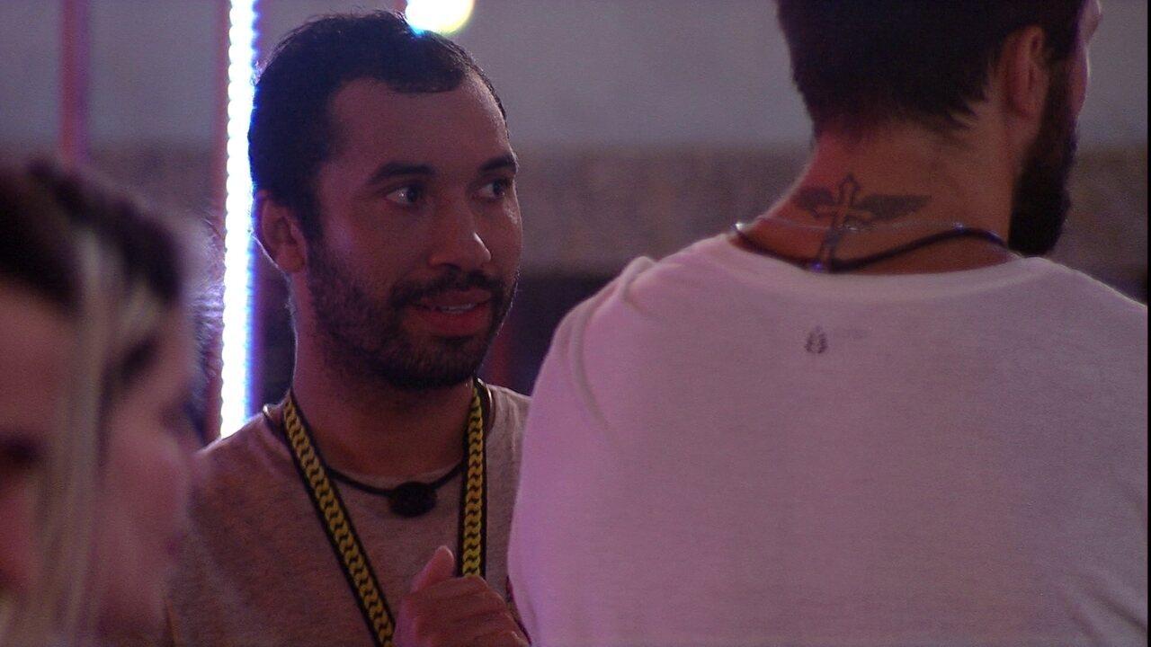 Gilberto sugere que o dummy na Festa BBBotequim é Tiago Leifert: 'Tenho certeza'