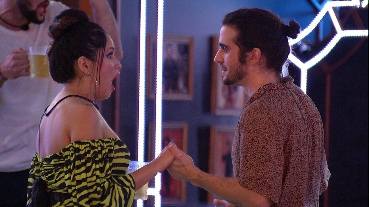 Fiuk troca flertes com Juliette e afirma: 'Acho você mais bonita'