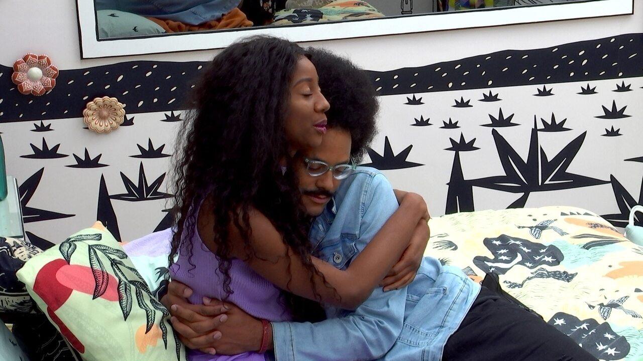 Camilla de Lucas abraça João Luiz, que está no Paredão