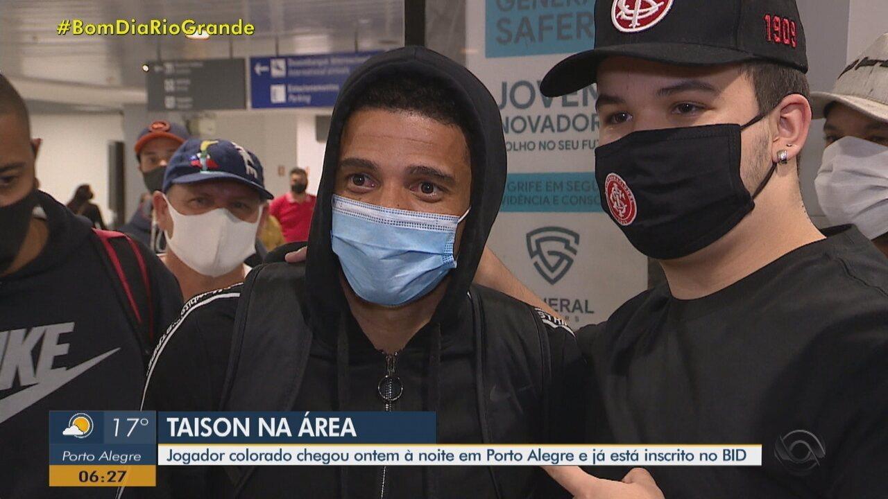 Taison desembarca em Porto Alegre para voltar ao Inter