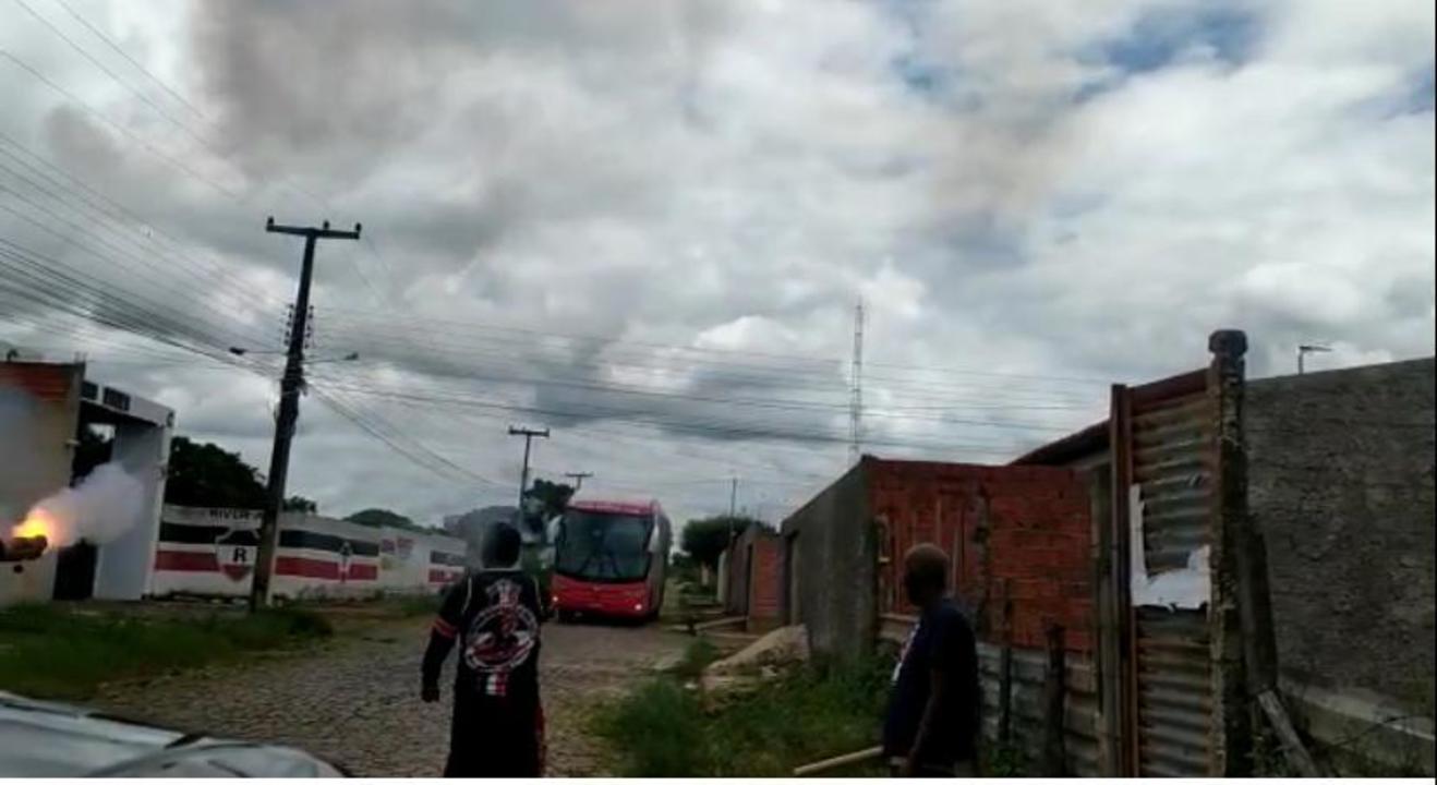 Torcedores do River-PI atacam ônibus do time com foguetes na chegada ao CT; veja