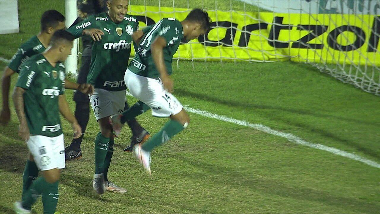 Gol do Palmeiras! Scarpa ganha de cabeça após balão de Menino, invade a área e chuta forte aos 20 do 1º tempo