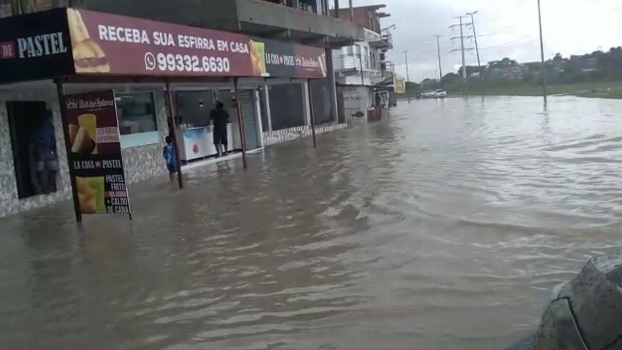 Chuva alaga ruas no Corredor do Mindu, em Manaus.
