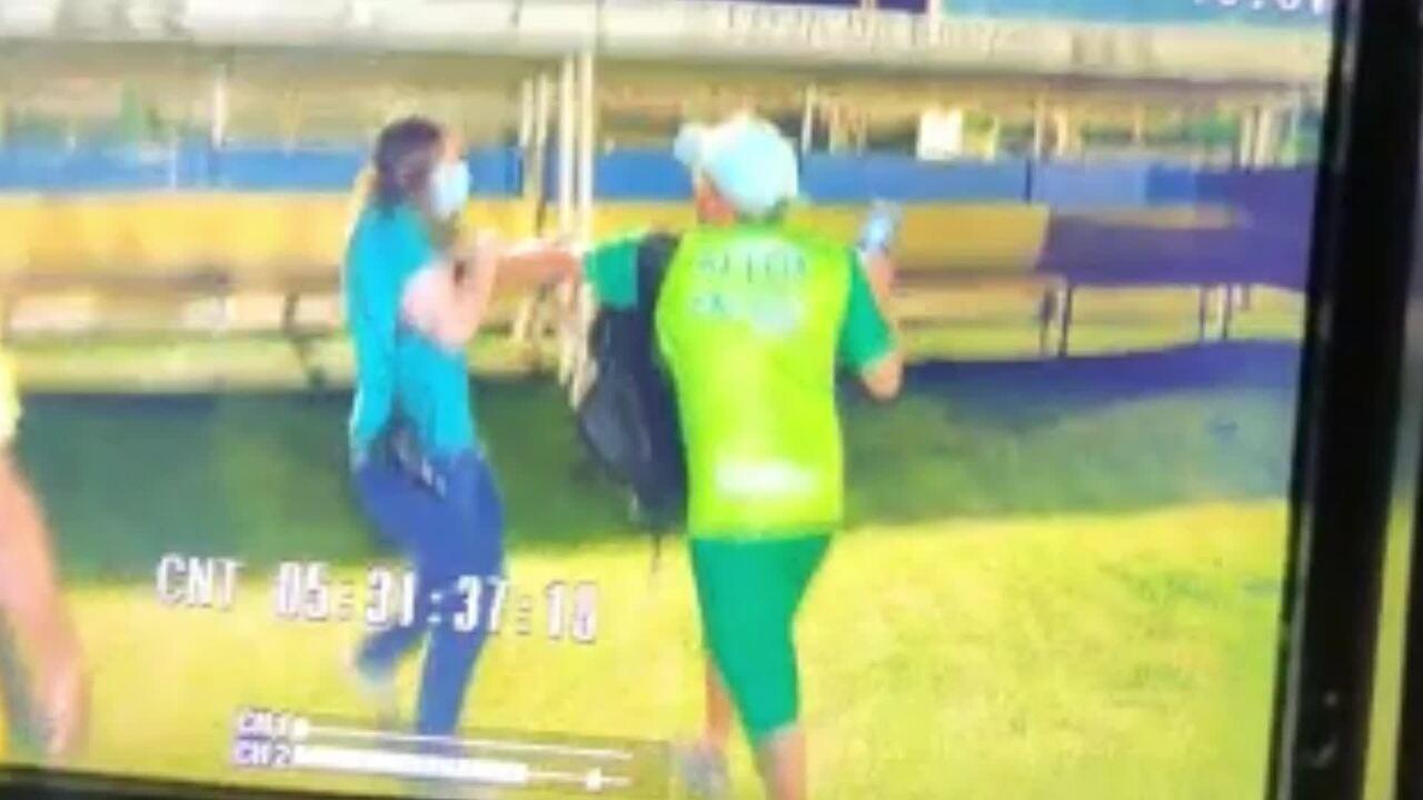 Homem agarra jornalista pelo pescoço e nega devolver celular após se filmado em briga