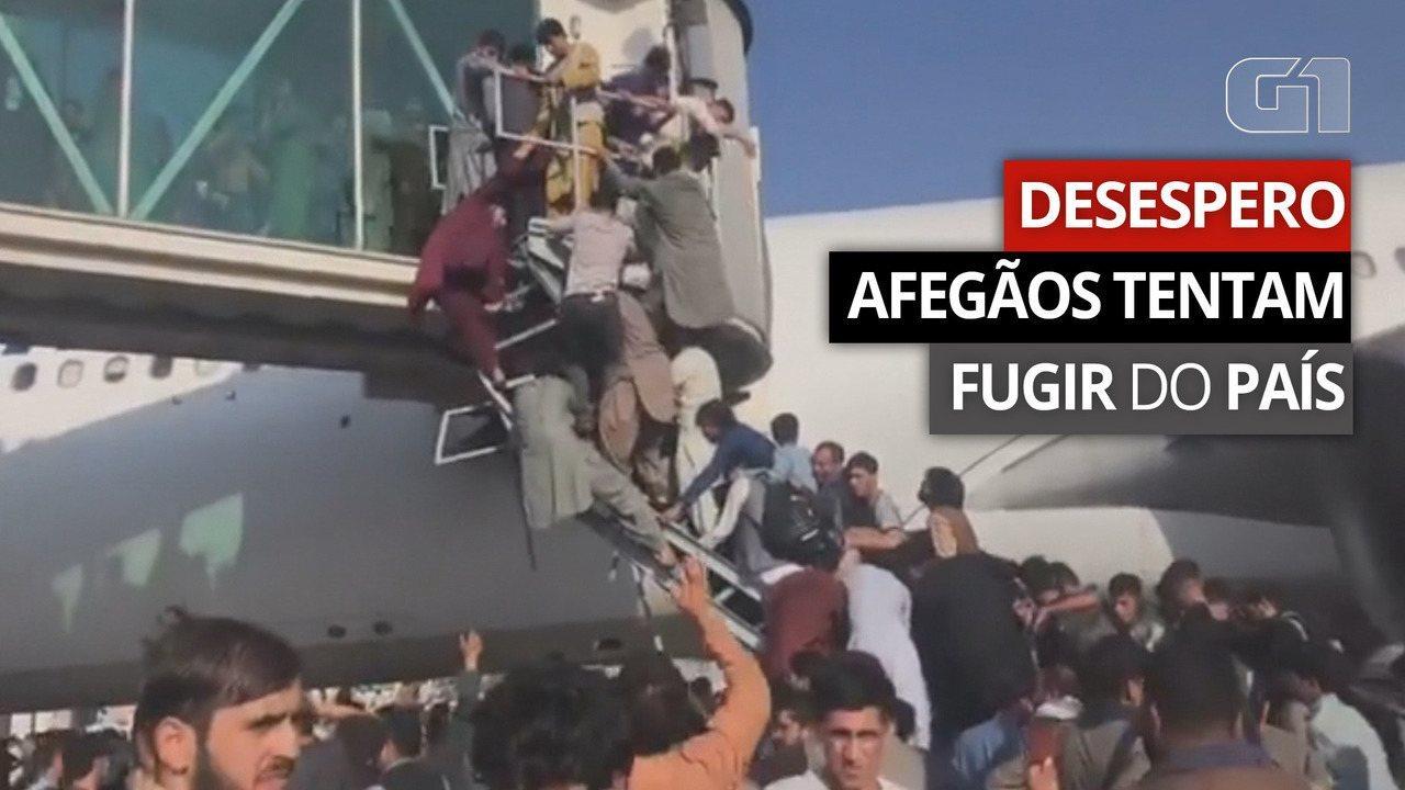 Un video clip mostra gli afgani rannicchiati sulle scale di un aereo che cercano di salire sull'aereo