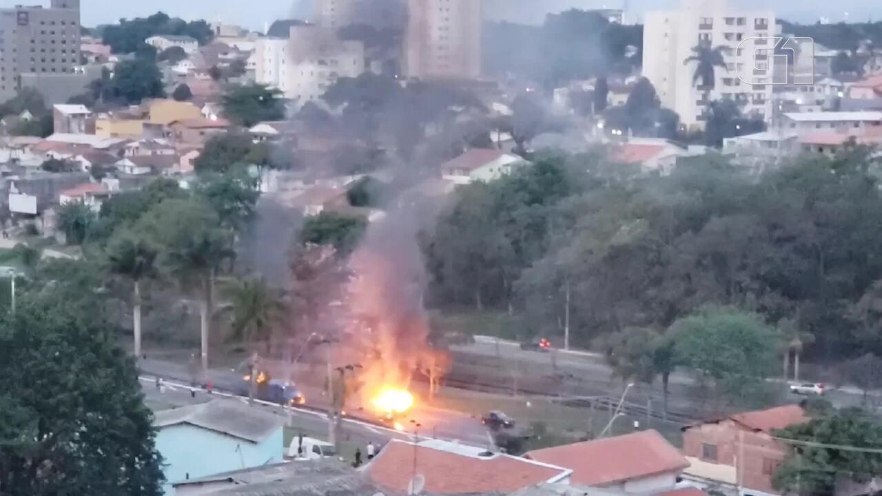 Protesto com queima de veículos causa tumulto na Avenida Fundo do Vale em São José