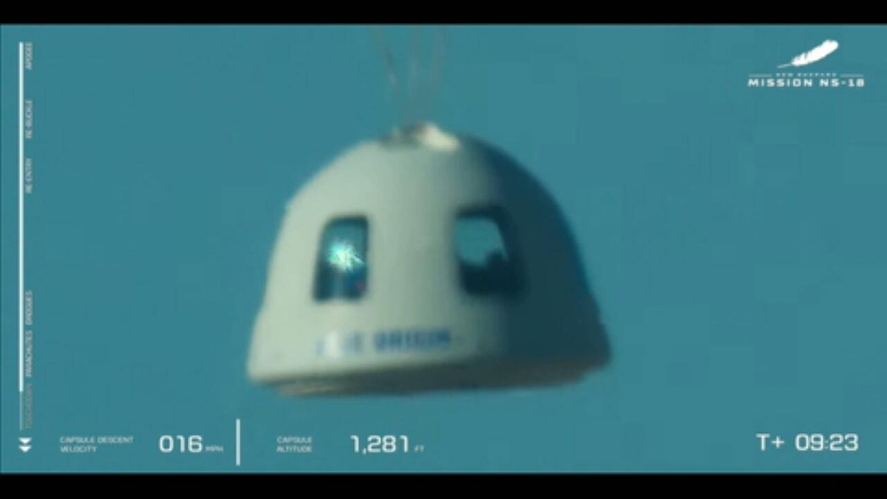 Cápsula com os 'Capitão Kirk' e tripulantes retorna com ajuda de paraquedas